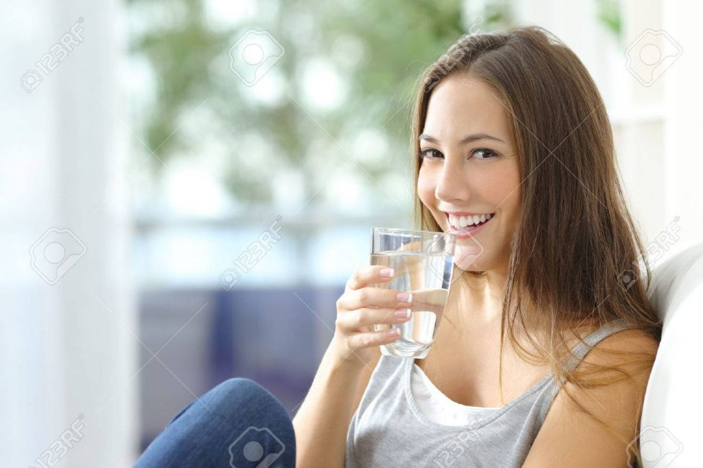 beneficios de beber suficiente agua purificada