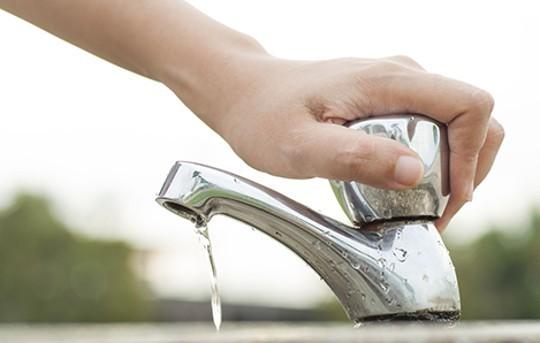 cerrar grifo al lavar las manos