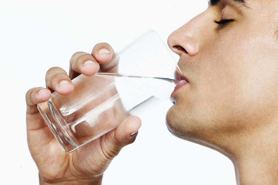 beber agua purificada