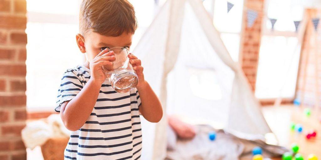 proteger niño de contaminantes tóxicos del agua